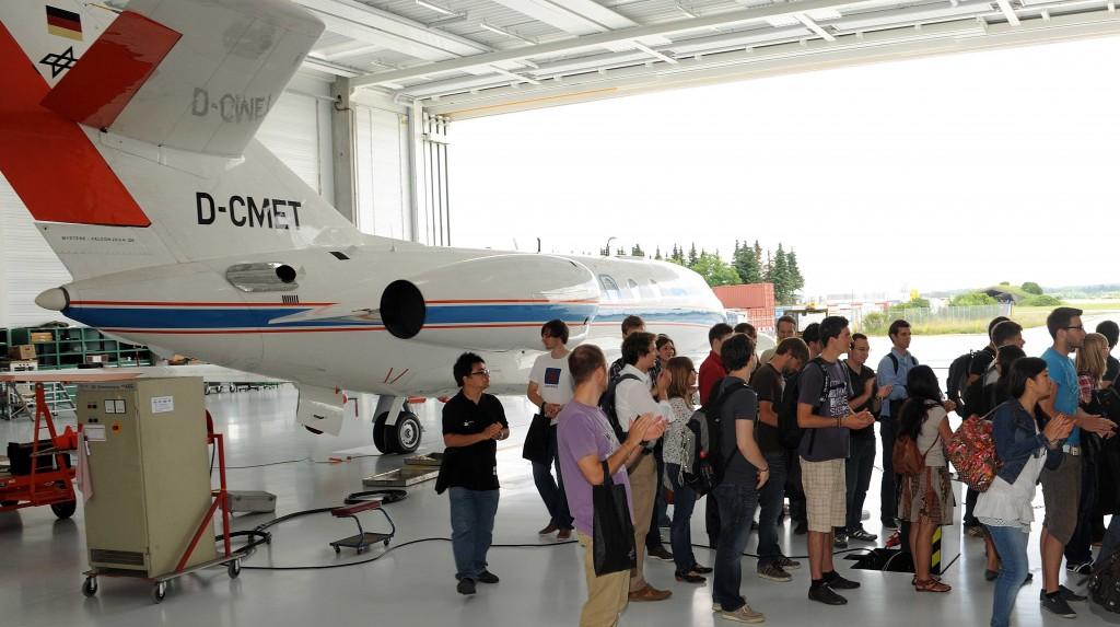 Studierende besichtigen die Flugzeughalle des DLR